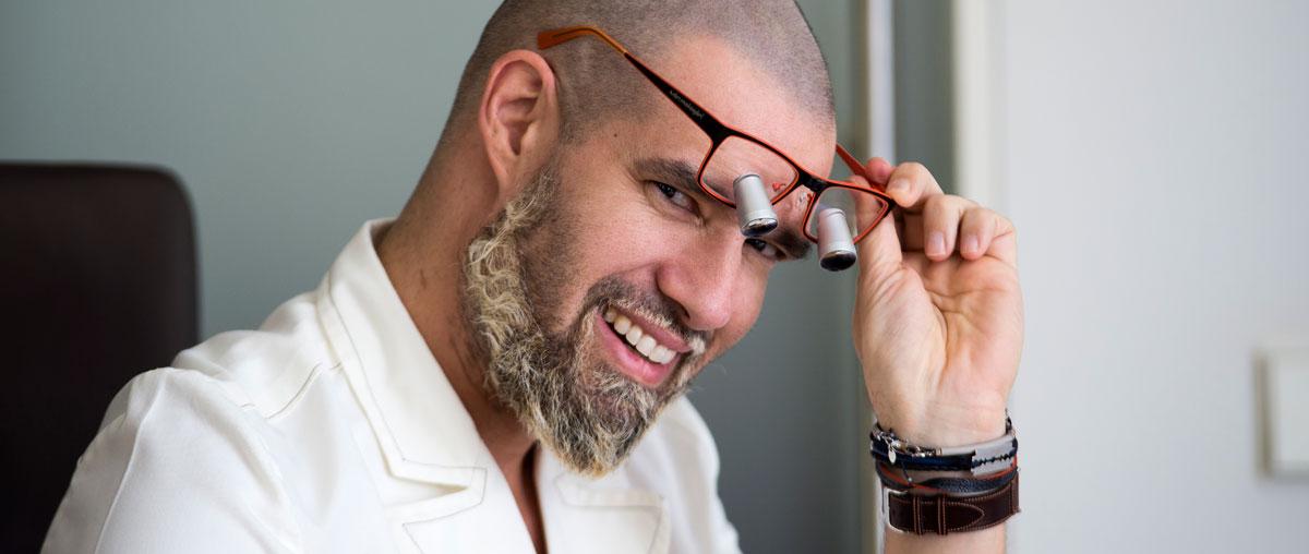 El doctor Iván Malagón ya disfruta de sus lupas binoculares personalizadas de Admetec